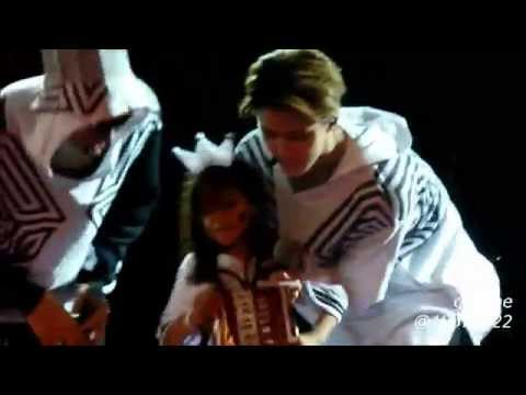 140906 EXO TLP in Jakarta precious SEHUN with little girl ♥