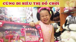 Dâu tây Đi siêu thị mua đồ chơi hello kitty và Minion - Little Girl Doing Shopping
