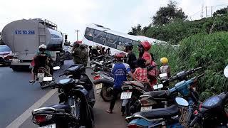 Né ô tô bị nhóm côn đồ chặn đánh giữa đường, xe khách cắm đầu xuống vực - Lâm Đồng 24h
