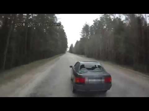 Pakaļdzīšanās video: agresīvs vadītājs piedraud policistiem ar ieroci un uzsāk bēgšanu
