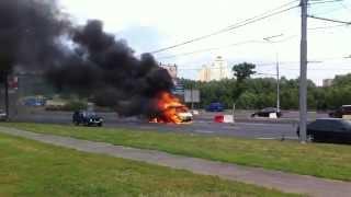 Výbuch auta na ulici