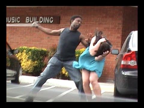 Stupido ragazzo tenta di picchare la sua ragazza ma . . . incredibile ...