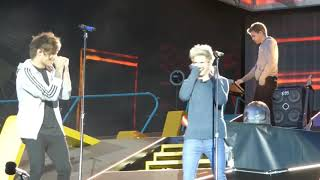 One Direction l Friendship Moments on stage