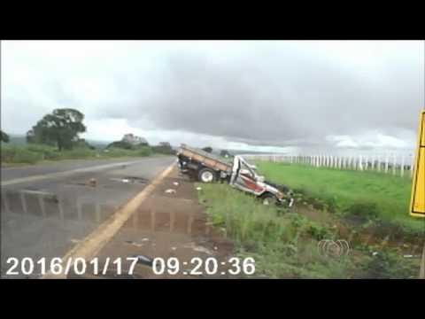 Homem é arremessado de caminhonete durante capotamento; assista. Um vídeo mostra o momento em que uma caminhonete capota na BR-158, em Jataí, no sudoeste goiano, no domingo (17/01/2016)