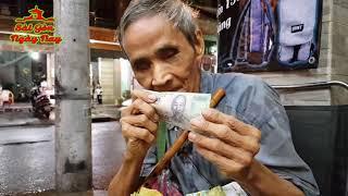 Ông lão Mù nhận tiền Việt Kiều tặng 100 $ và 500k