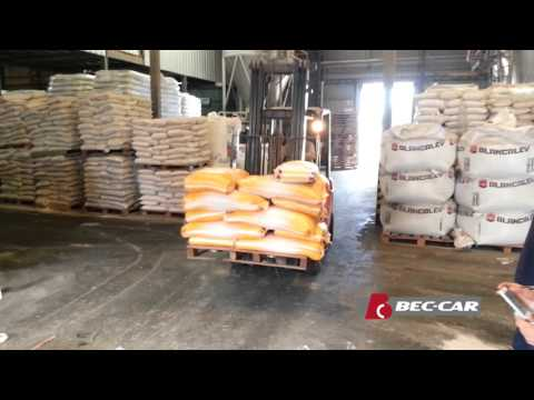 Cinta transportadora plana Bec-Car CP-800.50 moviendo bolsas de alimento balanceado