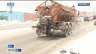 Дорожные службы Омска продолжают устранять последствия сильной метели