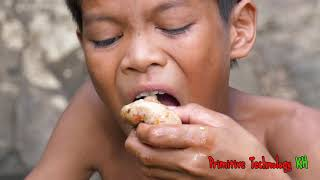 Primitive Technology - Eating delicious - Smart boy cooking chicken and egg
