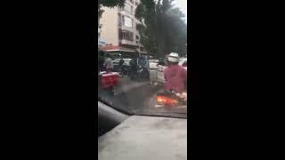 Va chạm giao thông, 2 thanh niên lao vào đánh nhau
