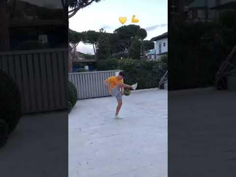VIDEO - Coric palleggia con un pallone da basket con la maglia della Roma