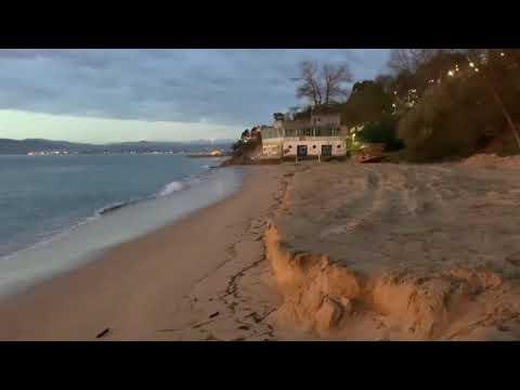 Así nos hemos encontrado hoy la playa de los Peligros después del último temporal