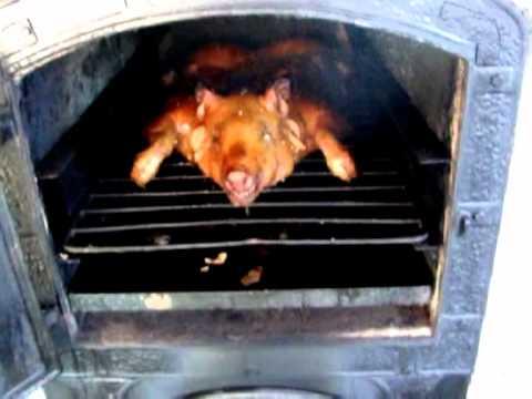 Hornos de calor envolvente a le a lechon a punto youtube - Cocinar en horno de lena ...