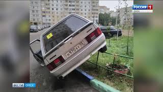 В Омске пенсионерка припарковала машину прямо на заборе
