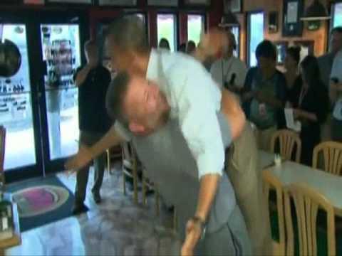 Obama w objęciach mężczyzny