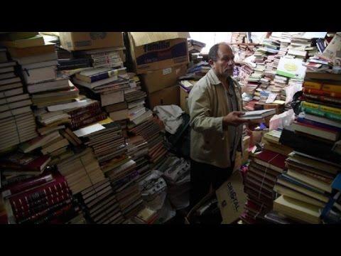 عامل نظافة كولومبي يؤسس مكتبة كبيرة من الكتب الملقاة في النفايات