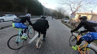 Bikers Rio Pardo | Vídeos | Padre insano desce montanha disputando com espideiros