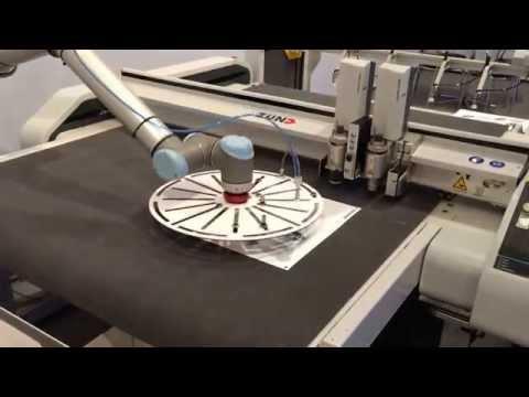 Descarga automática con UR robot (folding). (Sign-Tronic.es)