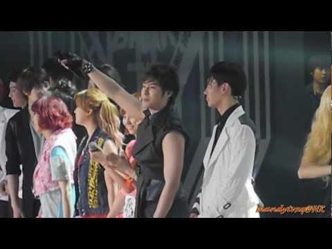 120623 - Music Bank in HK - Ending (主東方神起)