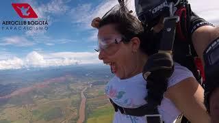 Elizabeth Rodríguez disfrutando el paracaidismo con Aeroclub Bogotá