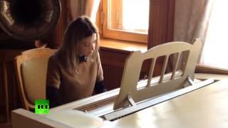 Поклонская играет на рояле