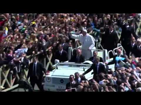 Raw: Pope Greets Easter Tourists on Popemobile