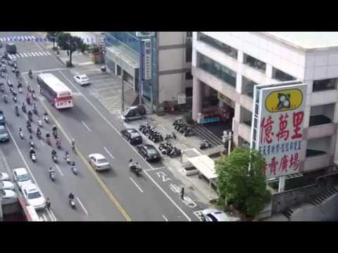 O femeie este lovita de un motociclist