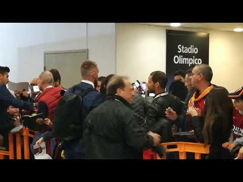 VIDEO - De Rossi, foto e abbracci con i bambini prima di lasciare l'Olimpico per l'ultima volta