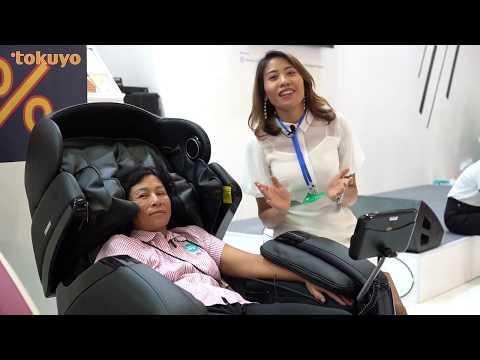 Khách hàng tham gia trải nghiệm ghế massage Tokuyo tại sự kiện Taiwan Expo 2019