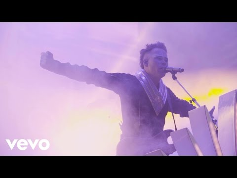 Empire Of The Sun - Walking On A Dream (On Tour)