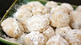 Christmas Snowball Cookies - Holiday and Christmas Cookie Recipes