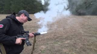 SAMO U AMERICI: Uzeo je automatsku pušku i njome ispekao slaninu! (VIDEO)