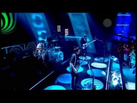 Muse- Invincible- Live At The BBC Studios (Top Of The Pops) 2006