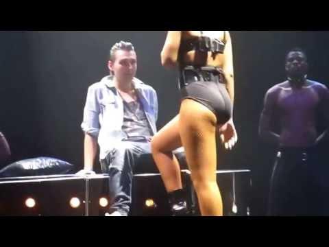 Baixar Rihanna dança de forma sensual em cima de fã