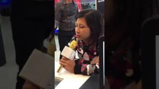 Chị gái hát hay như ca sỹ giúp FPTSHOP giới thiệu mic hát cực hot