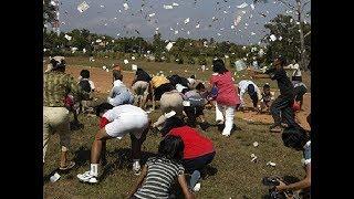 Dân Huế ùa nhau nhặt tiền từ trên trời rơi xuống - cơn mưa tiền từ khinh khí cầu