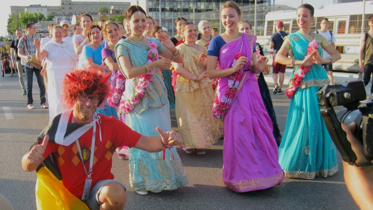 Харе футбол! — ростовские кришнаиты закружили болельщиков в танце