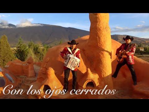 La Pandilla Del Rio Bravo - Con Los Ojos Cerrados | Video Oficial