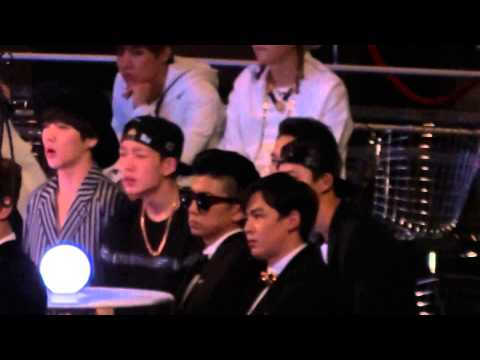 20141203 MAMA Bobby & SeungYoon at artist area while EXO performance