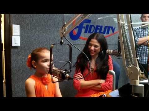 Natalia Jimenéz con su pequeña imitadora Isabela en el menú de Roque José en Fidelity