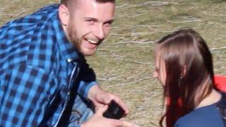 بالفيديو.. لقطات طريفة لرجل ينسى الخاتم أثناء التقدم لخطبة حبيبته