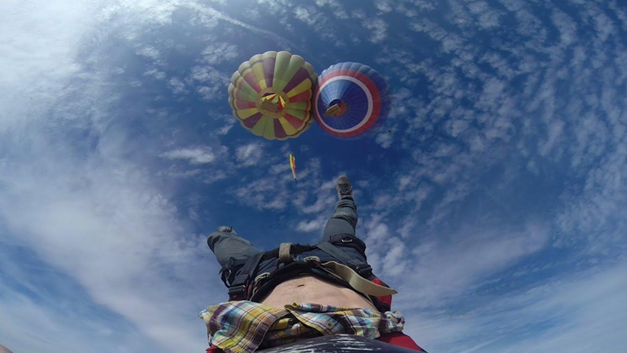 Funambule entre 2 montgolfières
