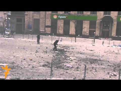 Украинцы своих не бросают. Ребята спасают своего от Беркута (боевики режима)