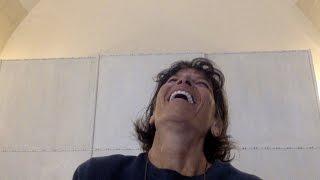 Impariamo ad amarci con lo yoga della risata