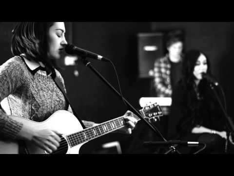 Baixar Royals - Lorde (Hannah Trigwell & Ebony Day acoustic cover) on iTunes & Spotify
