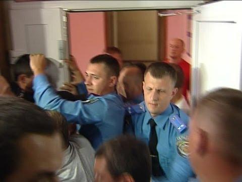 Штурм фастовского отделении милиции: активисты пытаются протиснуться в комнату пыток