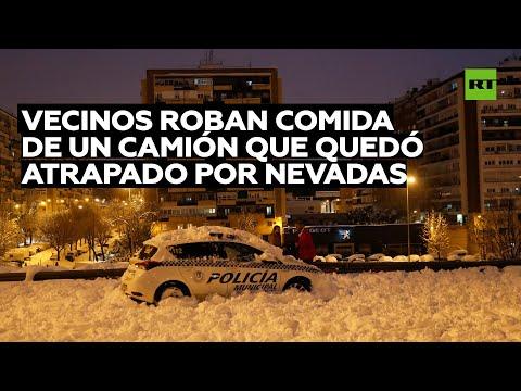 Vecinos de un barrio de Madrid saquean un camión cargado de comida que quedó atrapado en la nieve