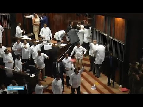 Parlementsleden Sri Lanka dagenlang met elkaar op de vuist - RTL NIEUWS
