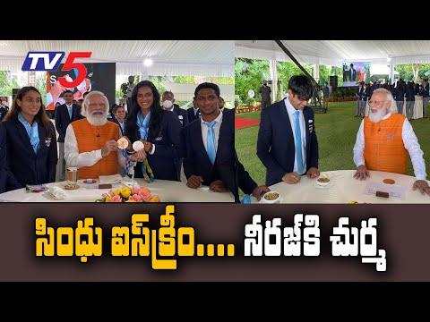 PM Narendra Modi eats ice cream with PV Sindhu