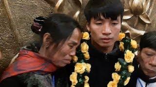 Mẹ Bùi Tiến Dũng khóc trên vai con ngày đón con trai trở về