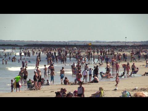 Crowds hit New Hampshire beach despite pandemic | AFP